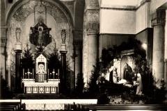 Weihnachtskirche mit Krippe